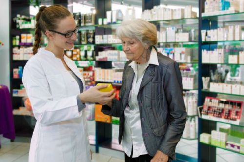 Женщина в аптеке продет ланцеты