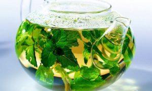отвар травы в чайнике из стекла