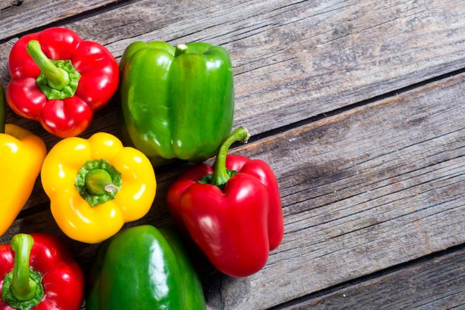 разноцветные болгарские перцы на столе